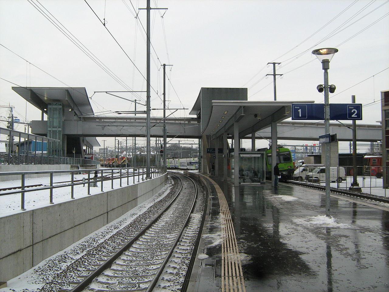 Unfall A1 Wikipedia: Zwei Frauen Beim Bahnhof Bern Wankdorf Von