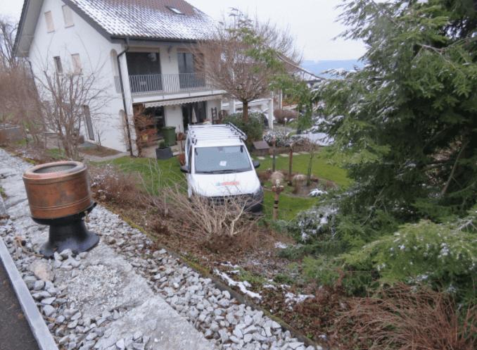 Dintikon AG – Lieferwagen rammt Verteilerkasten und landet im Garten