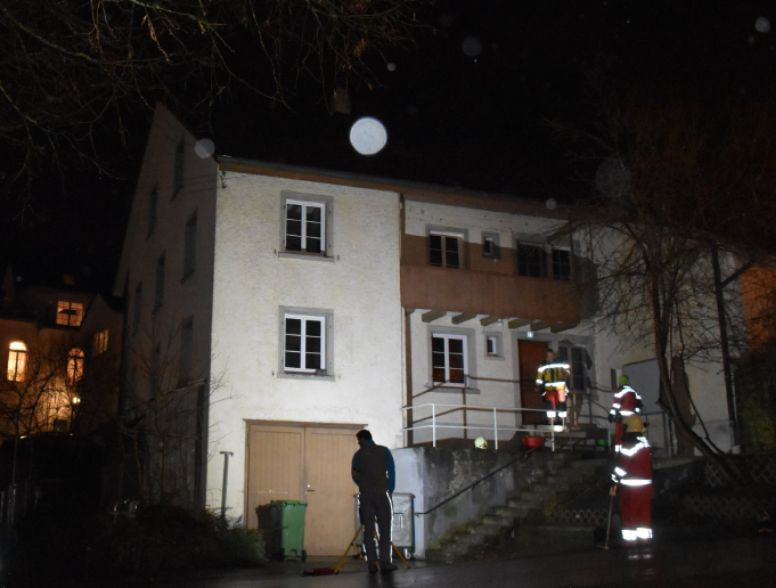 Mann verletzt sich bei Sprung aus brennendem Haus in Zürich