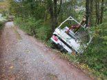 Unfall Mitlödi GL - Stützmauer rutscht mitsamt Fahrzeug ab