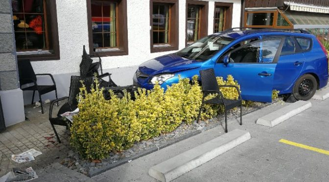 Unterkulm AG - Selbstunfall: Autofahrerin verwechselt Brems- und Gaspedal