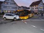 Unfall Teufen AR - Automobilistin mit Postauto kollidiert