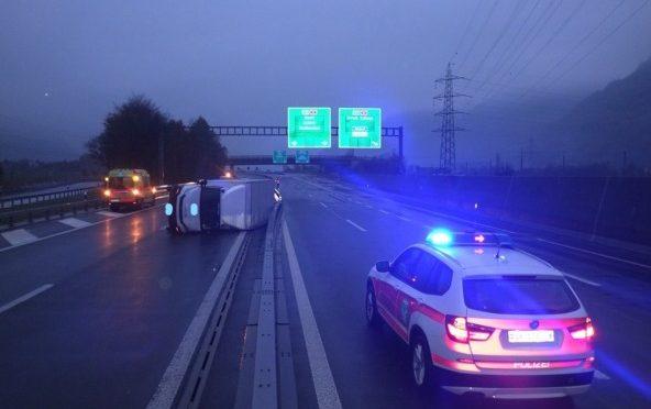 Unfall A2 / Altdorf UR - Lastwagen kippt auf Seite
