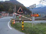 Näfels GL - Sattelschlepper kracht in Bahnschranke und Auto