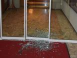 Solothurn SO - Glastür zum Hotel Roter Turm eingeschlagen