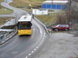 Riom GR - Totalschaden nach Kreuzungsmanöver mit Postauto