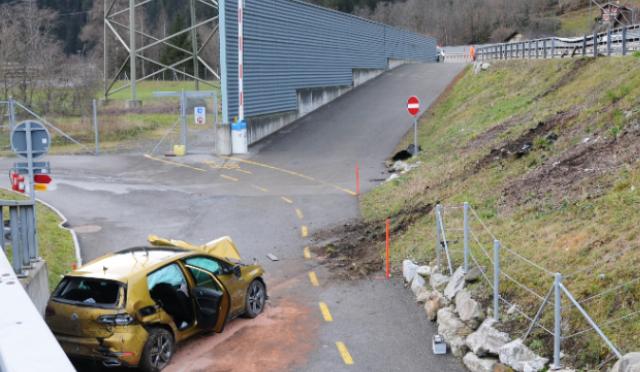 Selbstunfall A2, Silenen UR - Fahrzeuglenker (22) nach Kollision erheblich verletzt