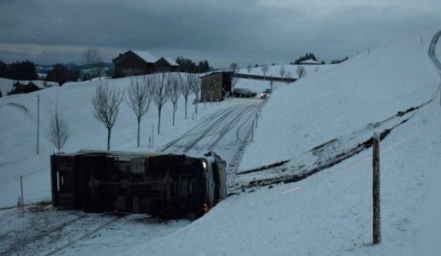 Schwellbrunn AR - Milchtanklastwagen verunfallt