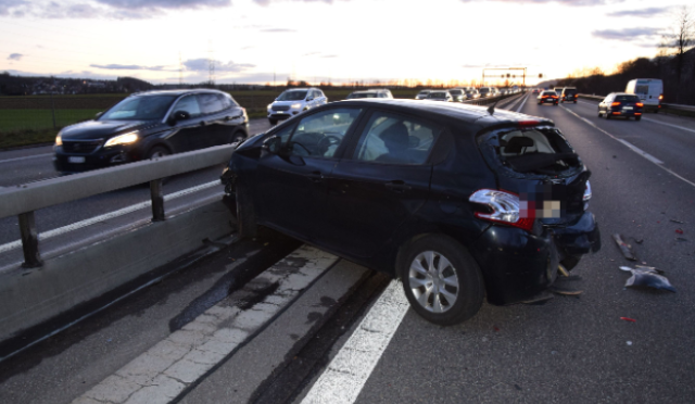 A1, Oberbuchsiten SO - Auto bei Unfall in Mittelleitplanke geschoben