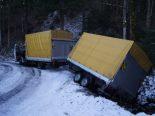 Unterägeri ZG - Lieferwagen rutscht mit abgefahrene Reifen von Strasse