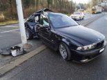 Unfall Baar ZG - BMW-Fahrer kracht heftig in Kandelaber