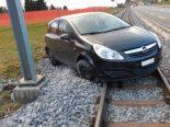 Gais AR - Auto landet nach Unfall auf Bahngleisen