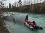 Steffisburg BE - Acht Tonnen schweres Blechdach aus Aare geborgen