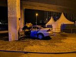 Schwerer Unfall in Basel - Auto kracht in Pfeiler