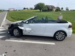 Verkehrsunfall Sins AG - Traktor prallt mit Golf Cabrio zusammen