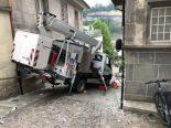 Unfall Freiburg FR - Arbeitsmaschine rutscht Strassenhang hinunter