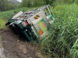 Zweisimmen BE - Lastwagen bei Unfall in Bach gekippt