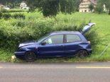 Bilten GL - Autofahrerin mit Röhrenzaun und Hydranten kollidiert