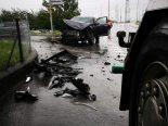 Unfall Bilten GL - Auto prallt heftig auf Lastwagen