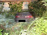 Lausen BL - Parkiertes Auto rollt in Vorgarten
