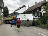 Unfall in Ittigen BE - Lieferwagen kommt quer auf der Strasse liegend zum Stillstand