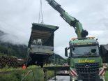 Boltigen BE - Lastwagenanhänger kippt in Entwässerungsgraben