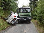 Domat/Ems GR - Auto überschlägt sich bei Unfall mit Lastwagen