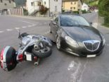 Oberurnen GL - Auto prallt bei Unfall in Motorrad