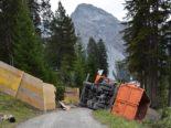 Arosa GR - Lastwagen auf Seite gekippt und stark beschädigt