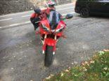 Linthal GL - Motorradlenker prallt in Auto-Heck