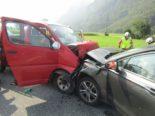 Unfall in Näfels GL - Drei PW involviert, alle Lenker verletzt