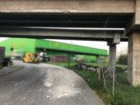 Kerzers FR - Mit Muldenkipper in Autobahnüberführungsbrücke geprallt