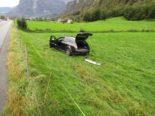 Näfels GL - Auto durchbricht bei Unfall Strassenzaun