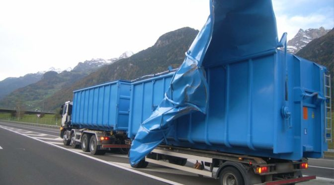 Unfall A2 Altdorf UR - Anhänger durch Föhnsturm beschädigt