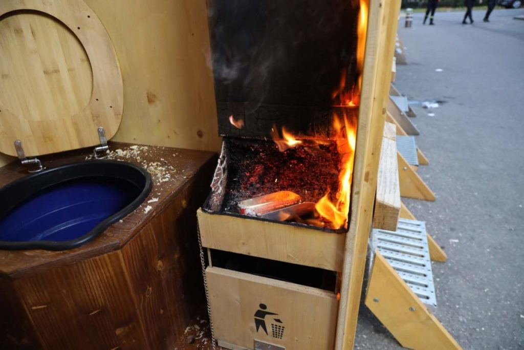 Zug: Feuer in mobiler WC-Anlage