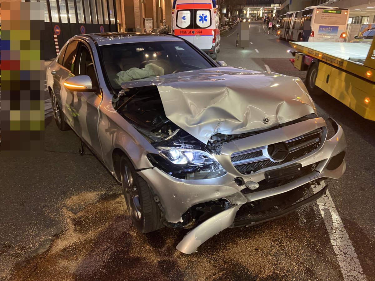 Unfall Baden AG: Mercedes-Fahrer (91) verwechselt Gas- und Bremspedal
