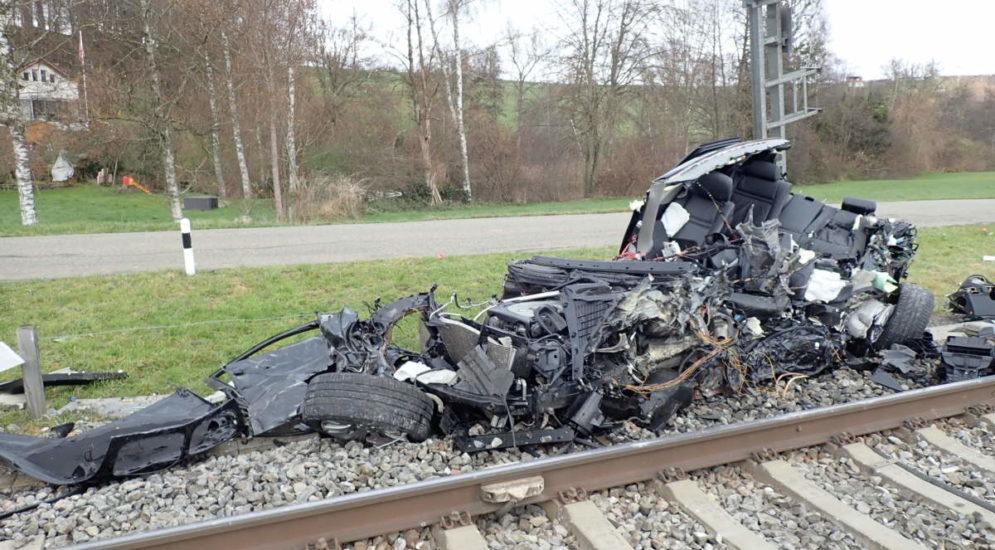 Unfall Sulgen TG - Zug auf Bahnübergang mit Auto kollidiert
