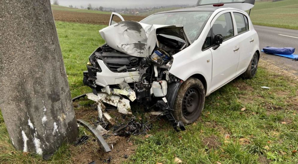 Unfall Freienwil AG - Fahrer prallt frontal gegen Strommast und verletzt sich schwer