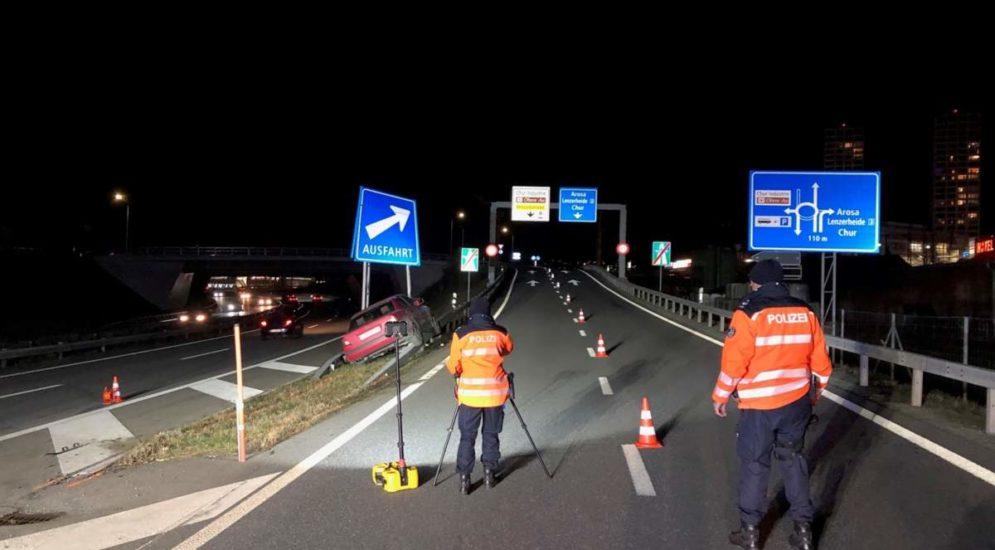 Unfall A13,Chur GR - Frontal mit Ausfahrtssignalisation kollidiert
