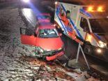 Unfall Elm GL: Lenkerin prallt in Betonfundament einer Strassenmauer