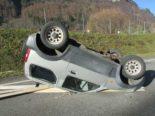 Unfall Rüti GL: Auto überschlagt sich