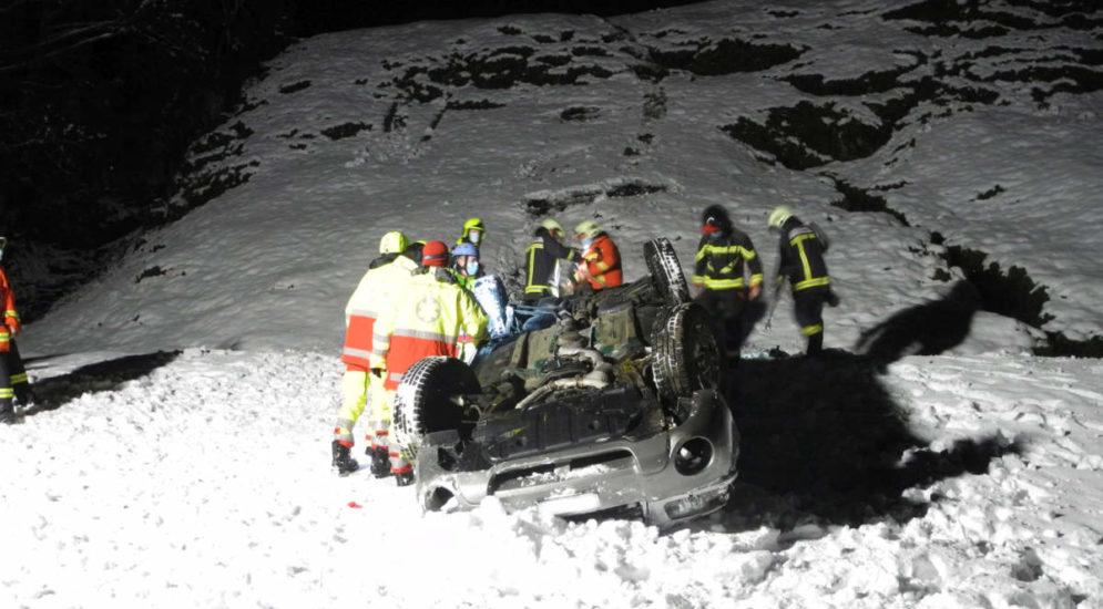 Unfall Muotathal SZ - Autofahrer (21) überschlägt sich mehrfach auf schneebedeckter Strasse