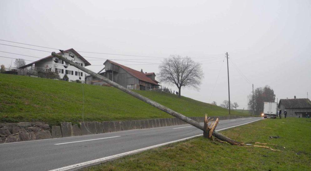 Unfall Tuggen: Lieferwagen donnert in Strommasten