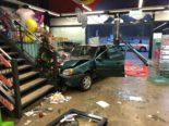 Ein Autolenker landet bei Unfall in einem Geschäft