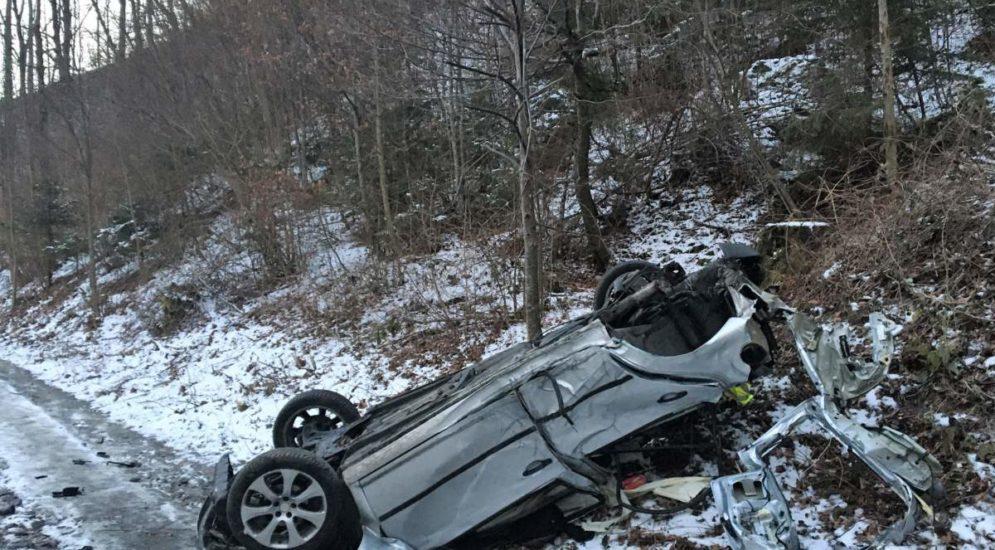 Wüster Unfall in Mitlödi GL: Fahrzeug überschlägt sich