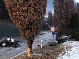 Schwerer Unfall Epagny FR - Auto bricht auseinander nach Frontal-Crash in Baum