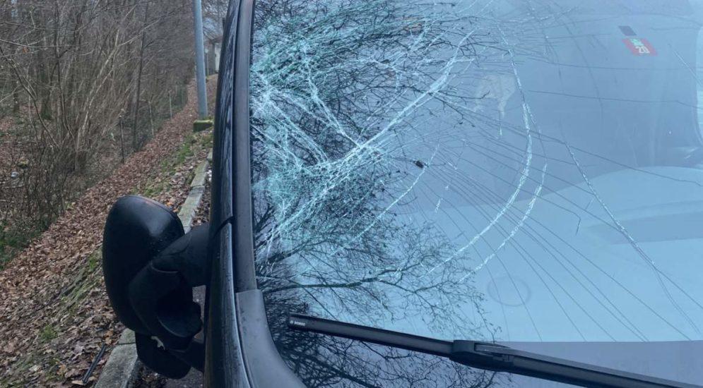 Autobahn A1: Eisscholle fliegt von Lkw auf Autoscheibe
