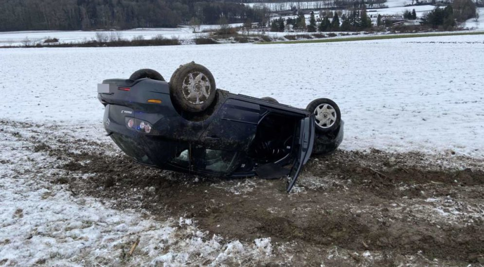 Unfall Dottikon: Autolenker landet im Acker