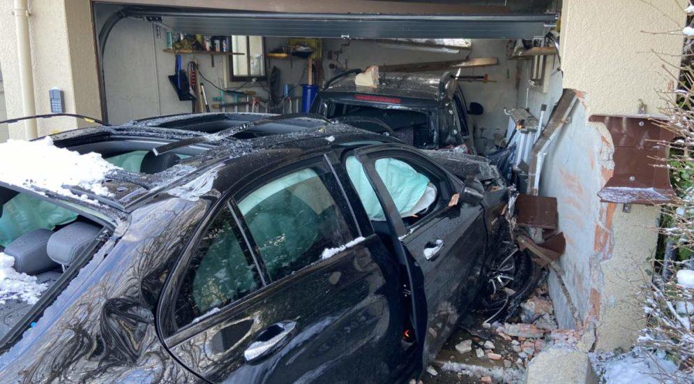 Unfall Brugg AG - Lenker (22) frontal mit Garage kollidiert