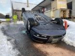 Bei Unfall in Thalheim Auto aufs Dach gelegt